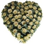 Rouwarrangement hart witte rozen