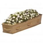 Rouwarrangement kistbedekking gemengde witte bloemen
