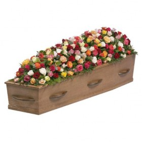 Rouwarrangement kistbedekking gemengde rozen