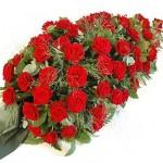 Rouwarrangement rode rozen , druppelvormig