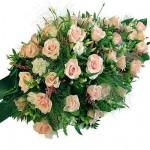 Druppelvormig rouwarrangement van roze bloemen