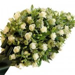 Druppelvormig rouwarrangement van witte bloemen