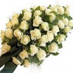Rouwarrangement witte rozen , druppelvormig
